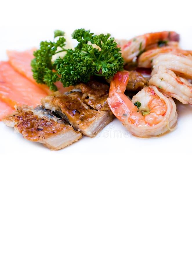 De Vriendzalm van de vissenschotel gemarineerde garnalen gerookte paling op witte achtergrond royalty-vrije stock foto's
