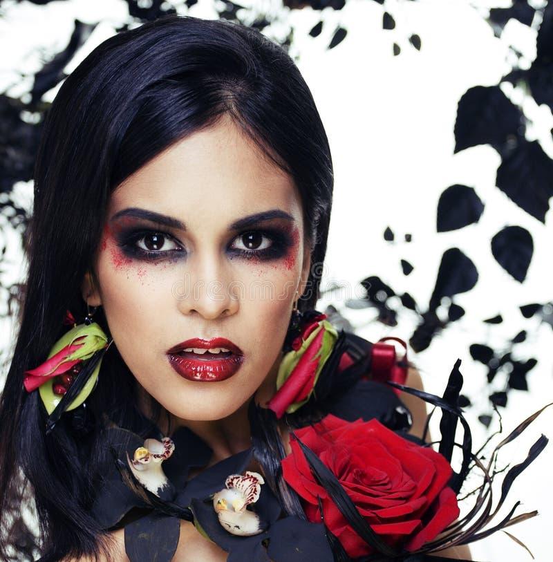 De vrij donkerbruine vrouw met roze heldere juwelen, zwart en rood, maakt kike omhoog tot een vampierclose-up rode lippen royalty-vrije stock afbeeldingen