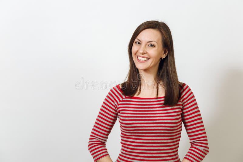 De vrij Europese gelukkige bruin-haired vrouw met gezonde schone huid kleedde zich in toevallige longsleeve op een witte achtergr royalty-vrije stock foto