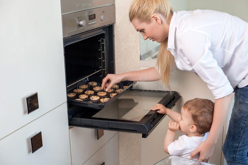 De vrij gezonde familie kookt in de keuken royalty-vrije stock foto