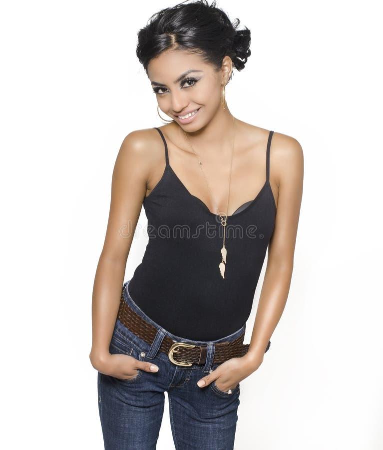 De vrij jonge glimlachende vrouw kleedt zich terloops stock afbeelding