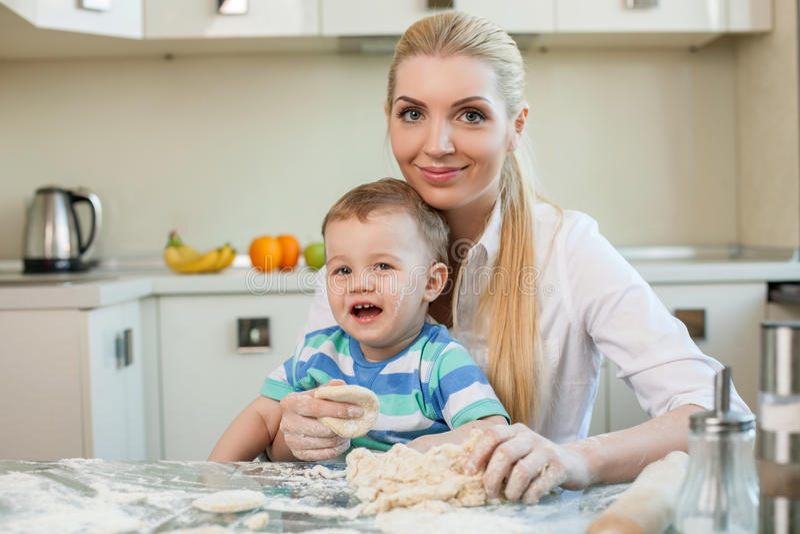 De vrij jonge moeder en haar kind koken royalty-vrije stock foto's