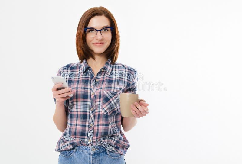 De vrij jonge smartphone van de vrouwenholding, die apparaat met behulp van, die modieuze glazen, het glimlachen dragen, die een  stock fotografie