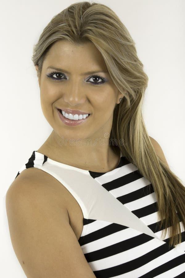 De vrij jonge vrouw is een gestreepte toevallige kleding royalty-vrije stock foto's