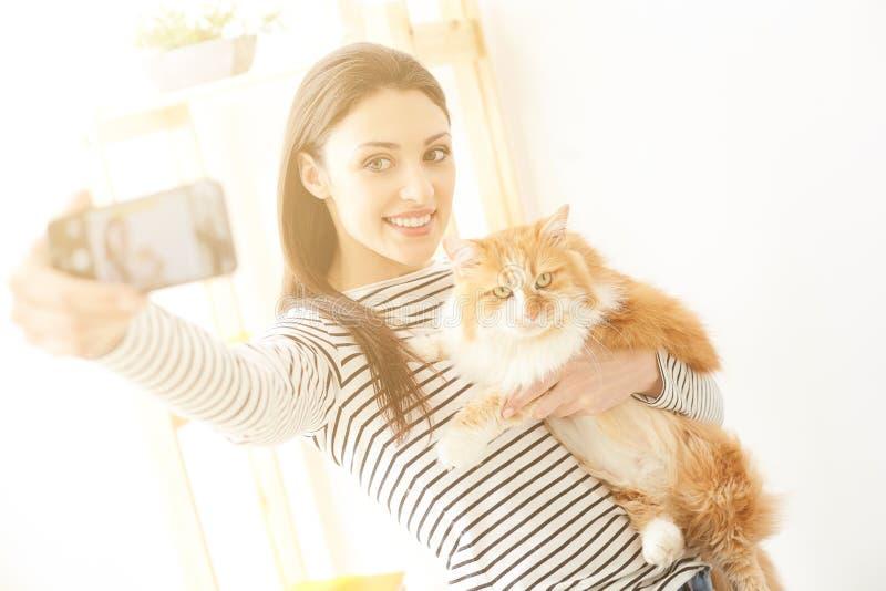 De vrij jonge vrouw fotografeert met dier royalty-vrije stock afbeelding