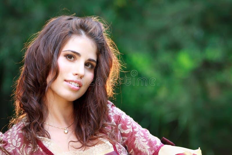 De vrij Jonge Vrouw glimlacht in openlucht bij Camera royalty-vrije stock fotografie