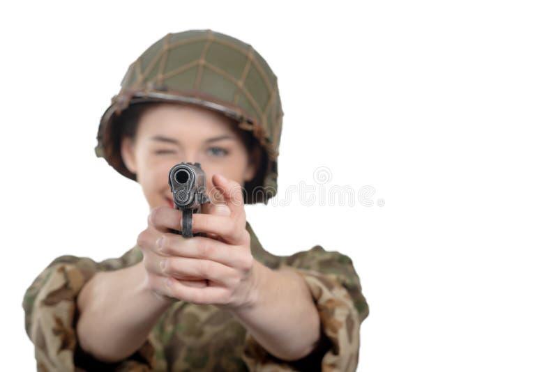 De vrij jonge vrouw kleedde zich in Amerikaanse militaire eenvormig van ww2 met pistool stock foto's
