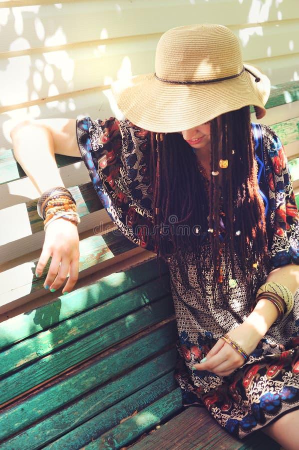 De vrij jonge vrouw met dreadlocks kleedde zich in de stijl van indieboho stock afbeeldingen