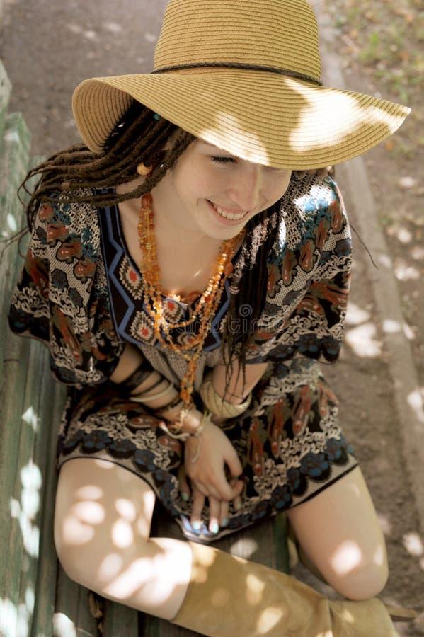 De vrij jonge vrouw met dreadlocks kleedde zich in de stijl van indieboho stock afbeelding