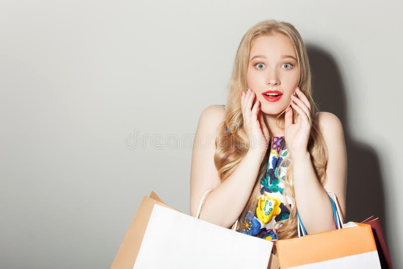 De vrij jonge vrouw toont ongeveer haar verrassing stock fotografie