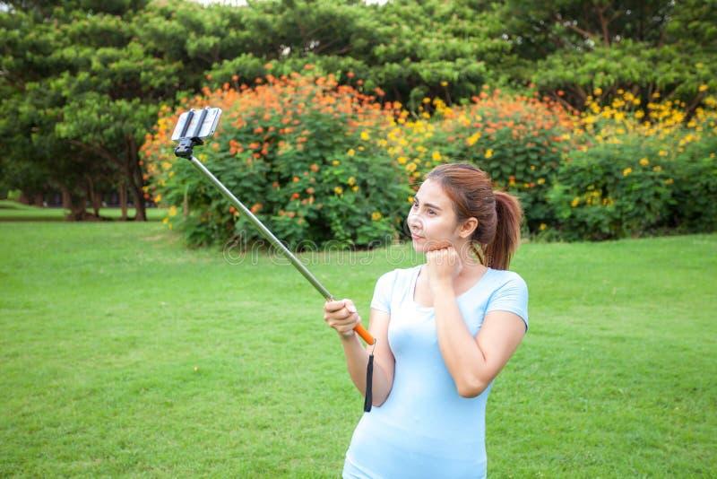 De vrij jonge vrouwelijke toerist neemt reis selfie royalty-vrije stock afbeeldingen