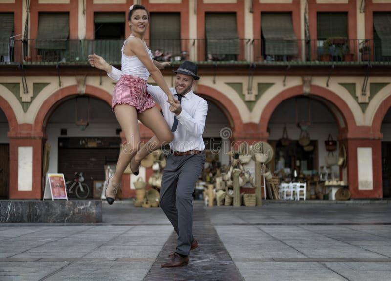 De vrij lindy hopdanser sprong terwijl het dansen met haar partner stock fotografie