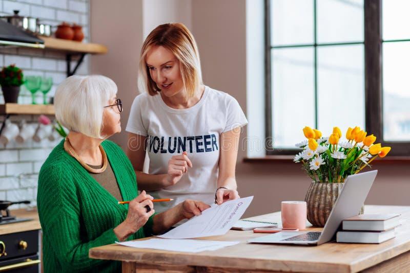 De vrij vrijwilligers het verduidelijken het verouderen charmante voordelen van de damelening royalty-vrije stock foto's