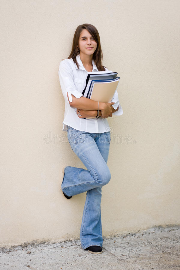 De vrij vrouwelijke boeken van de studentenholding in haar handen royalty-vrije stock afbeelding