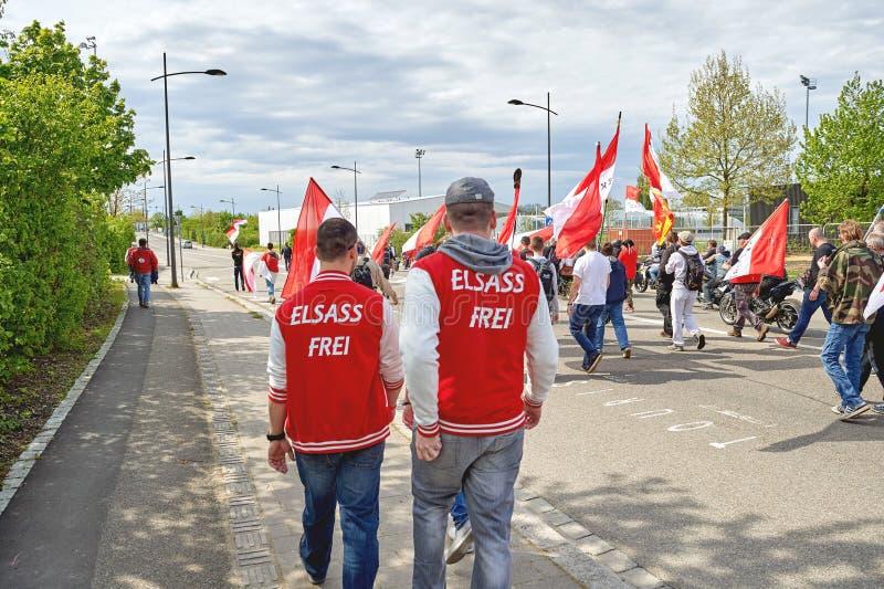 De Vrije de Elzas tekst van Elsassfrei op protester' s kleren stock foto's
