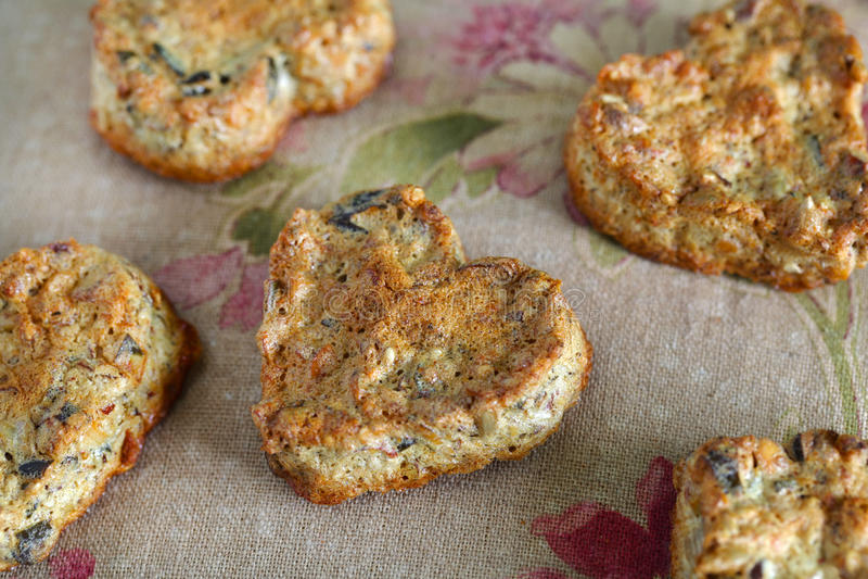 De vrije die koekjes van het gluten van zaden, noten en honing worden gemaakt stock foto