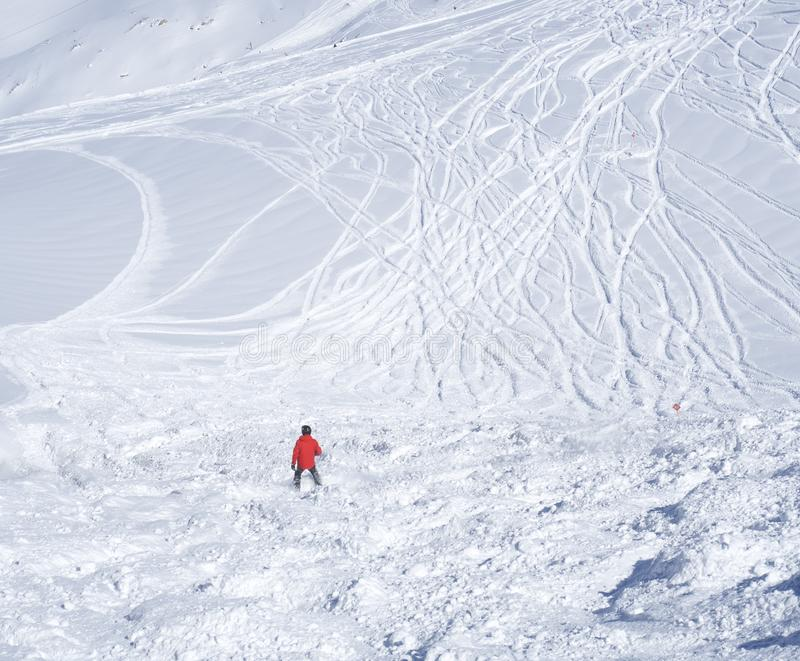 De vrije rit piste met skiër die in rode kleren bergaf op sneeuw ski?en behandelde hellingen vanaf de bovenkant van Kitzsteinhorn royalty-vrije stock foto's