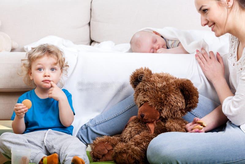 De vrije tijd van de moeder met kinderen royalty-vrije stock afbeelding