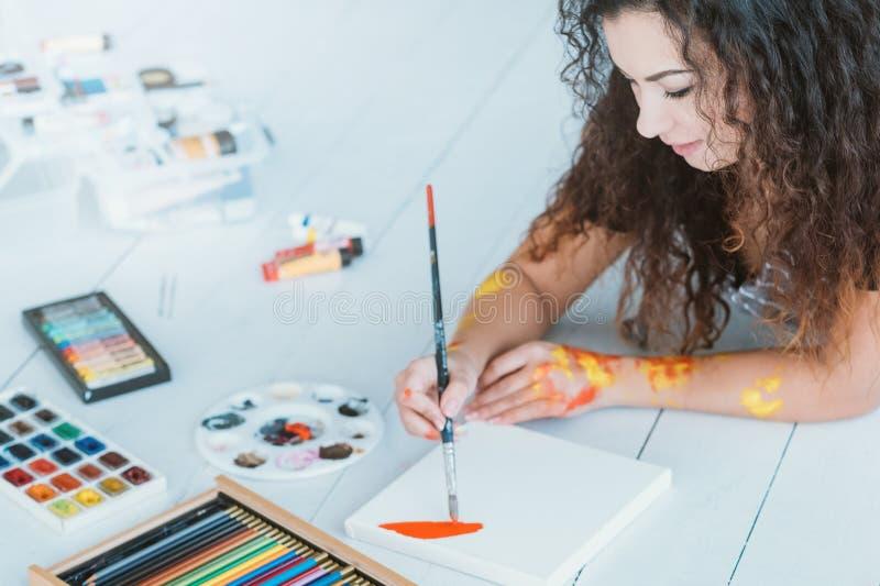 De vrije tijdsdame van de kunsthobby het schilderen waterverf stock afbeelding