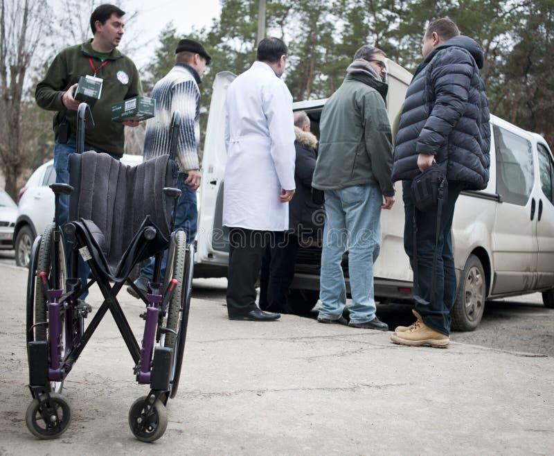De vrijwilligers geven humanitaire hulp door stock afbeelding