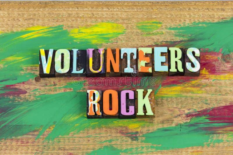 De vrijwilligers schommelen het helpen stock afbeeldingen