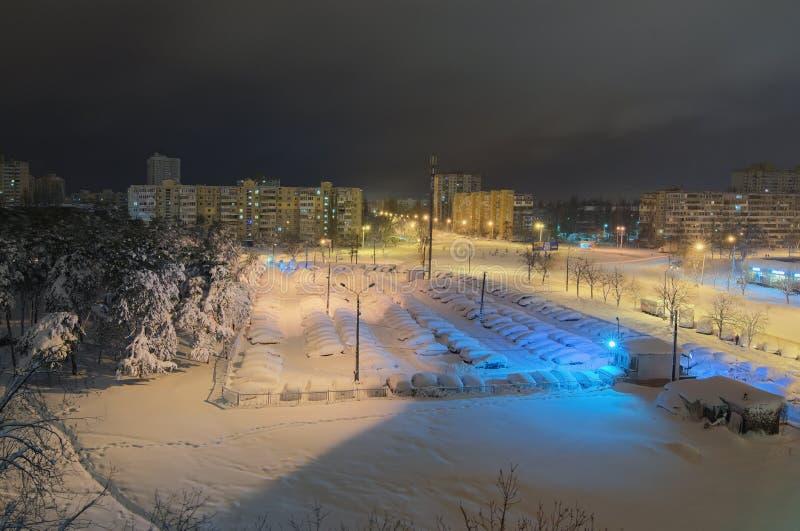 De vroege foto van het ochtendlandschap van woondistrict van de stad na een nacht van blizzard stock fotografie