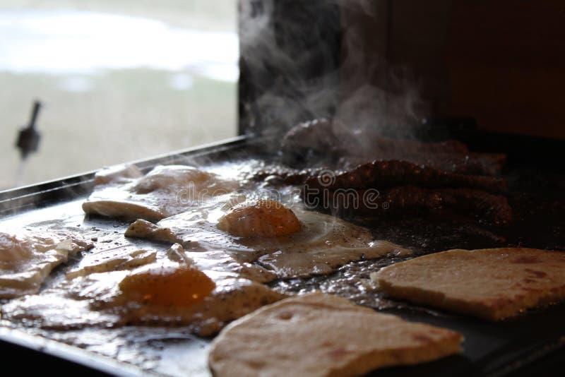 De vroege koekepan van het ochtendontbijt stock fotografie