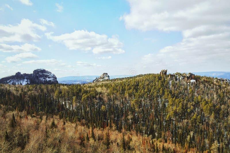 De vroege lente in de Siberische Pijlers van reservekrasnoyarsk stock afbeelding