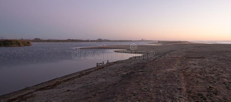 De vroege mening die van de ochtendzonsopgang van Santa Clara-rivier in Vreedzame oceaan op de gouden kust van Californië in Vent royalty-vrije stock afbeelding