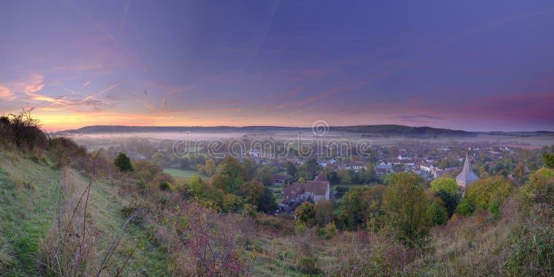 De vroege ochtend herfstmist over het dorp van Meon van het Oosten met Butser-Heuvel en het Zuiden verslaat op de achtergrond, ve royalty-vrije stock foto
