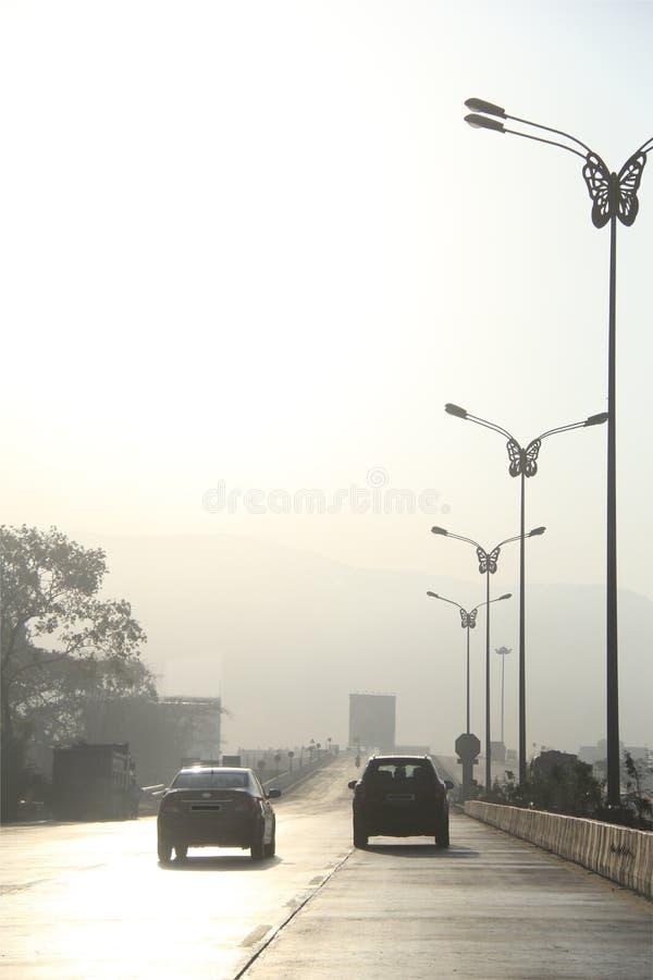 De vroege ochtendverontreiniging onderbreekt wegverkeer stock afbeelding