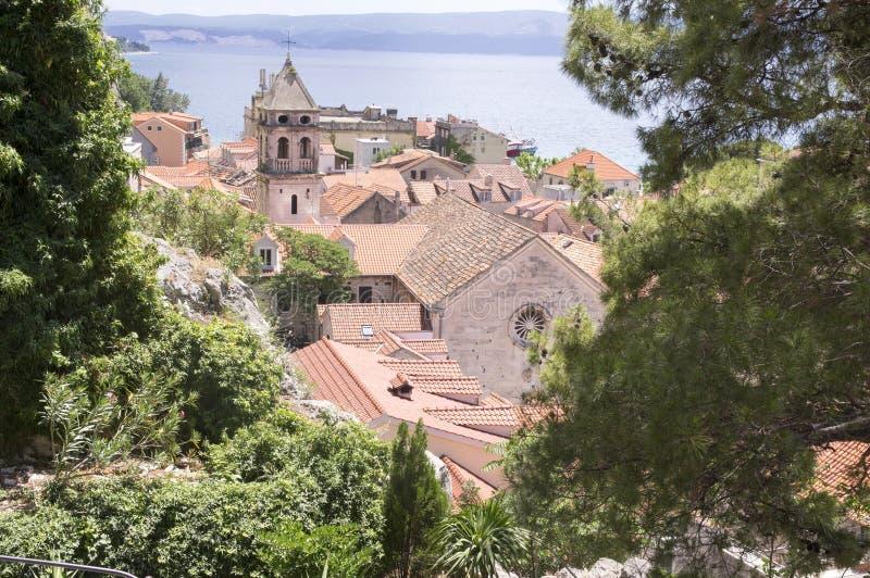 De vroege zomer in Omis, Kerk van Heilige Michael, Kroatië, Europa royalty-vrije stock afbeeldingen