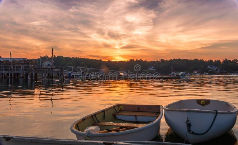 De vroege zonsopgang van de ochtendzomer over kalm water in Muscongus-Baai, Maine stock foto