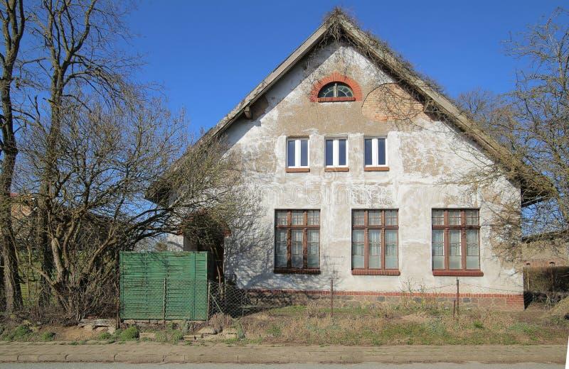 De vroegere schoolbouw die als monument in Dambeck, Mecklenburg-Vorpommern, Duitsland wordt vermeld stock afbeeldingen