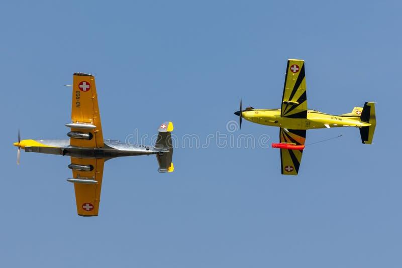 De vroegere Swiss Air-slepende die vliegtuigen van het Krachtf+w c-3605 Schlepp doel worden gebruikt om loodsen in luchtartilleri stock afbeeldingen