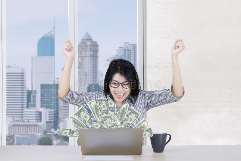 De vrolijke arbeider maakt geld online royalty-vrije stock foto's