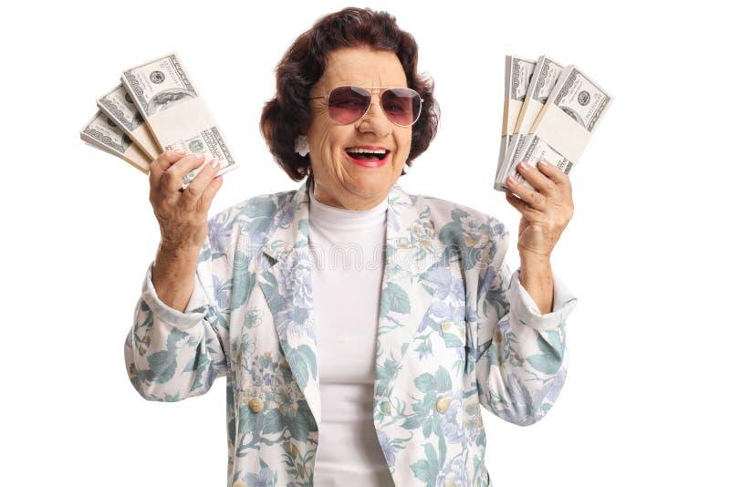 De vrolijke bossen van de bejaardeholding van geld en het glimlachen royalty-vrije stock foto's