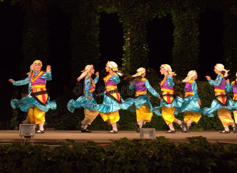 De vrolijke dansende meisjes verheugen zich op scène stock fotografie