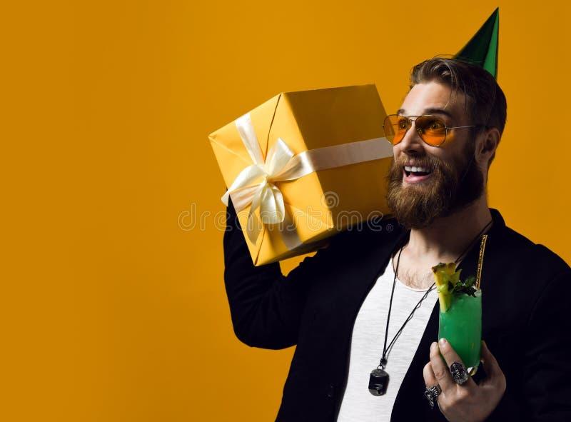 De vrolijke gebaarde de ge?soleerde cocktail en glimlach van de jonge mensenholding aan camera royalty-vrije stock fotografie
