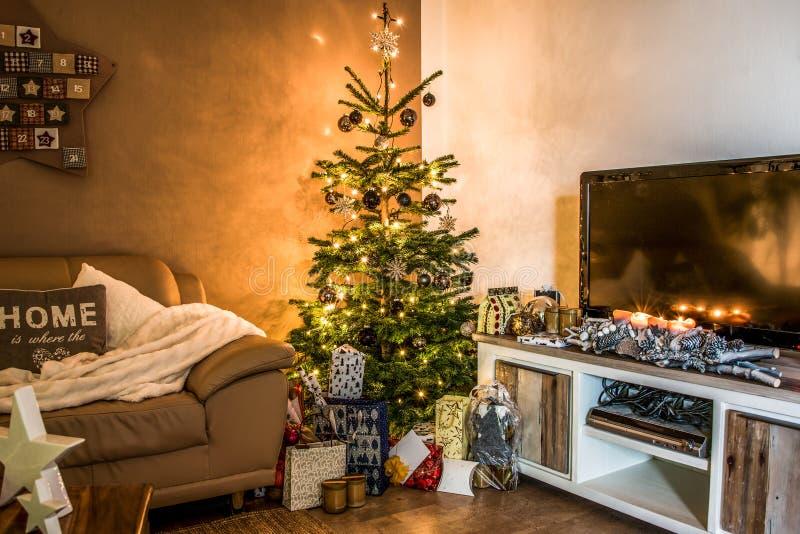 De vrolijke giften van de de boomopstelling van de Kerstmis mooie die woonkamer aith voor Gelukkige Vakantie thuis worden verfraa stock fotografie