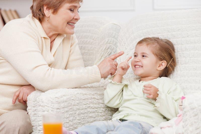De vrolijke grootouder en het kind maken pret royalty-vrije stock afbeeldingen