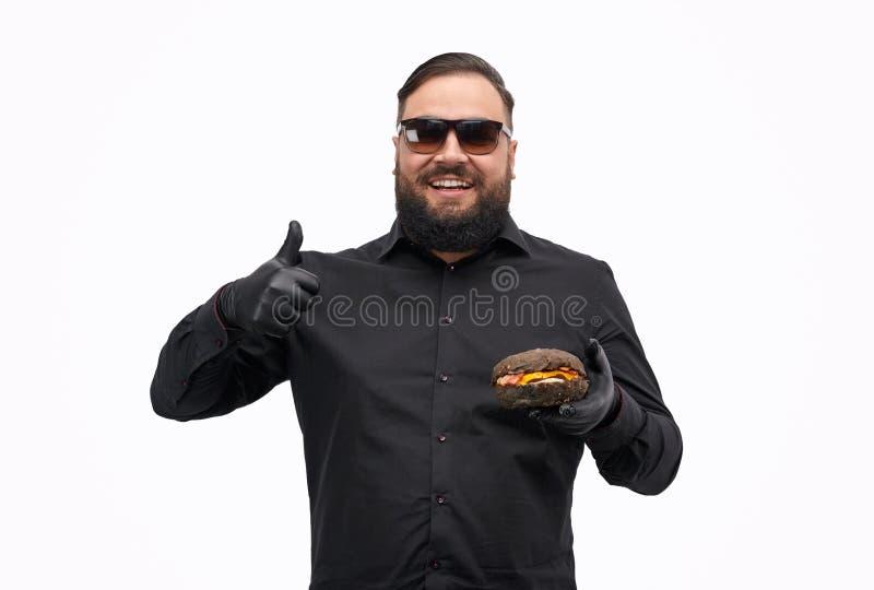 De vrolijke hamburger van de kerelclassificatie stock foto's