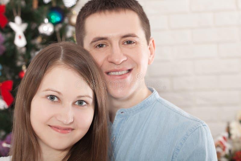 De vrolijke handen die van de paarholding samen van op Kerstmisvooravond genieten royalty-vrije stock foto's