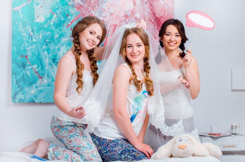 Elegant Download De Vrolijke Jonge Meisjes Vieren Thuis Een Vrijgezellinpartij  Stock Afbeelding   Afbeelding: 76942859