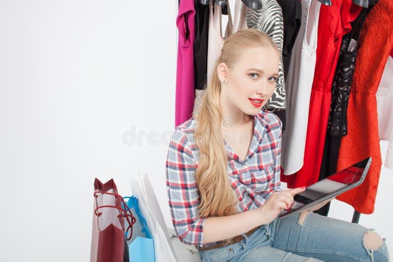 De vrolijke jonge vrouw is het gaande winkelen stock foto