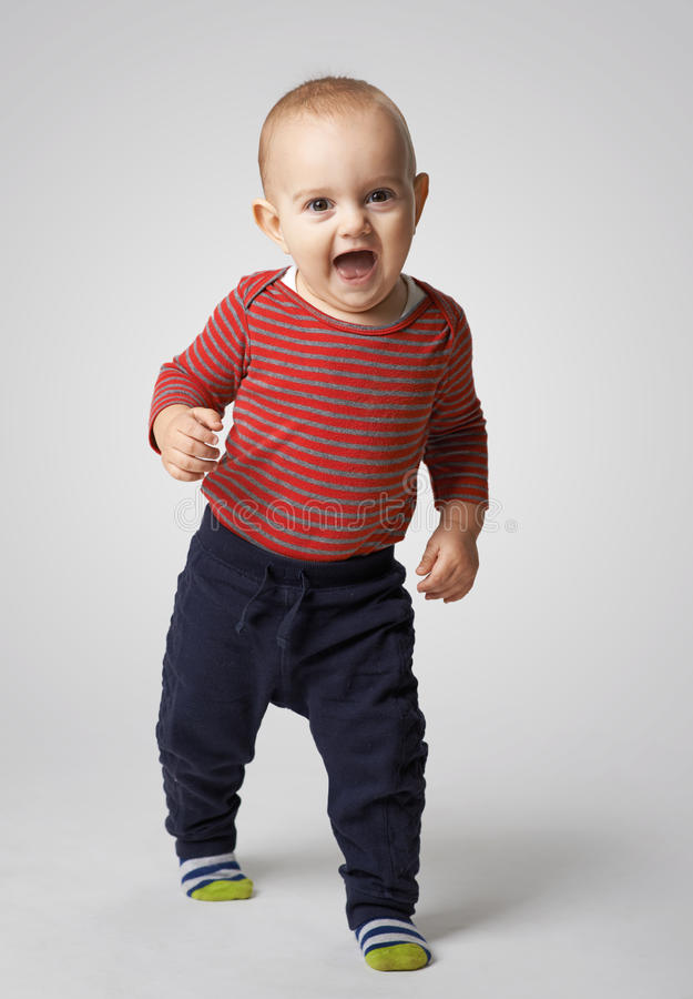 De vrolijke jongen gaat door stock afbeelding