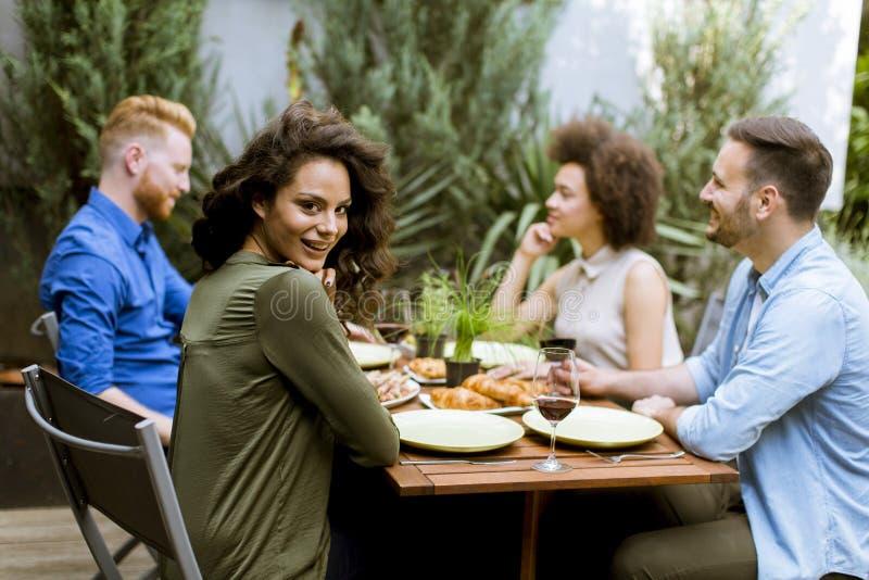 De vrolijke jongeren hebt lunch in de binnenplaats en hebt een pret royalty-vrije stock foto's
