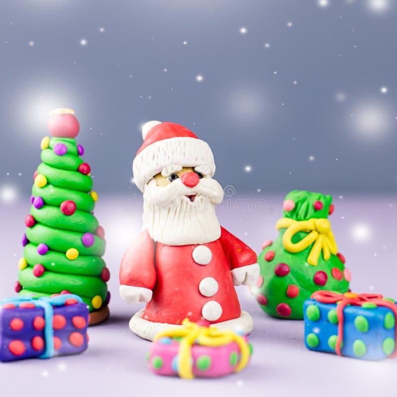 De vrolijke kaart van de Kerstmisgroet met decoratie Santa Claus, Kerstboom en stelt met sneeuw het vallen voor stock afbeeldingen