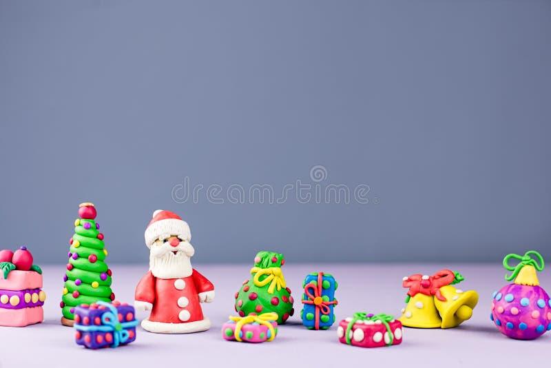 De vrolijke kaart van de Kerstmisgroet met decoratie Santa Claus, Kerstboom en stelt met sneeuw het vallen voor royalty-vrije stock foto's