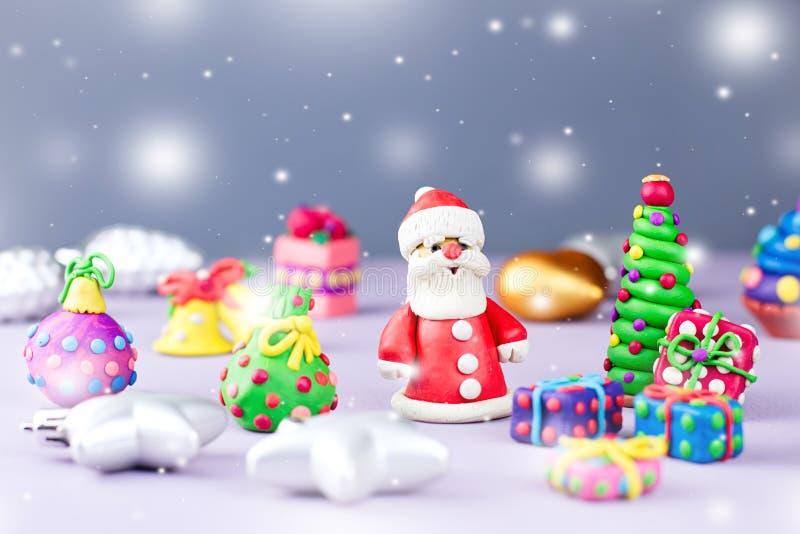 De vrolijke kaart van de Kerstmisgroet met decoratie Santa Claus, Kerstboom en stelt met sneeuw het vallen voor royalty-vrije stock afbeeldingen